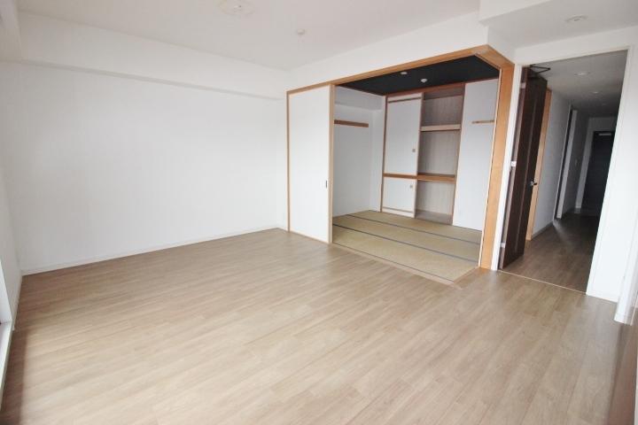 リビングに隣接する和室は、お子さまが小さいうちは寝室やキッズスペースに。夫婦2人ならちゃぶ台を置いてくつろぎスペースに。
