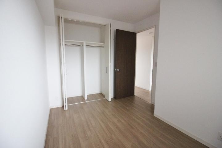 5.5帖の洋室。 各部屋に収納があります。