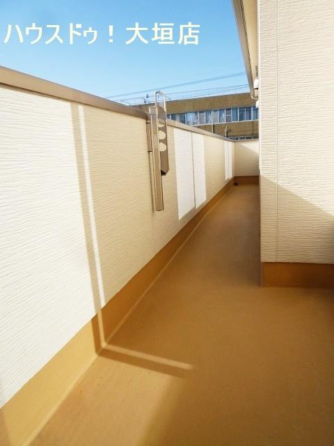 2階全室に隣接するバルコニー。お布団干しに便利ですね。