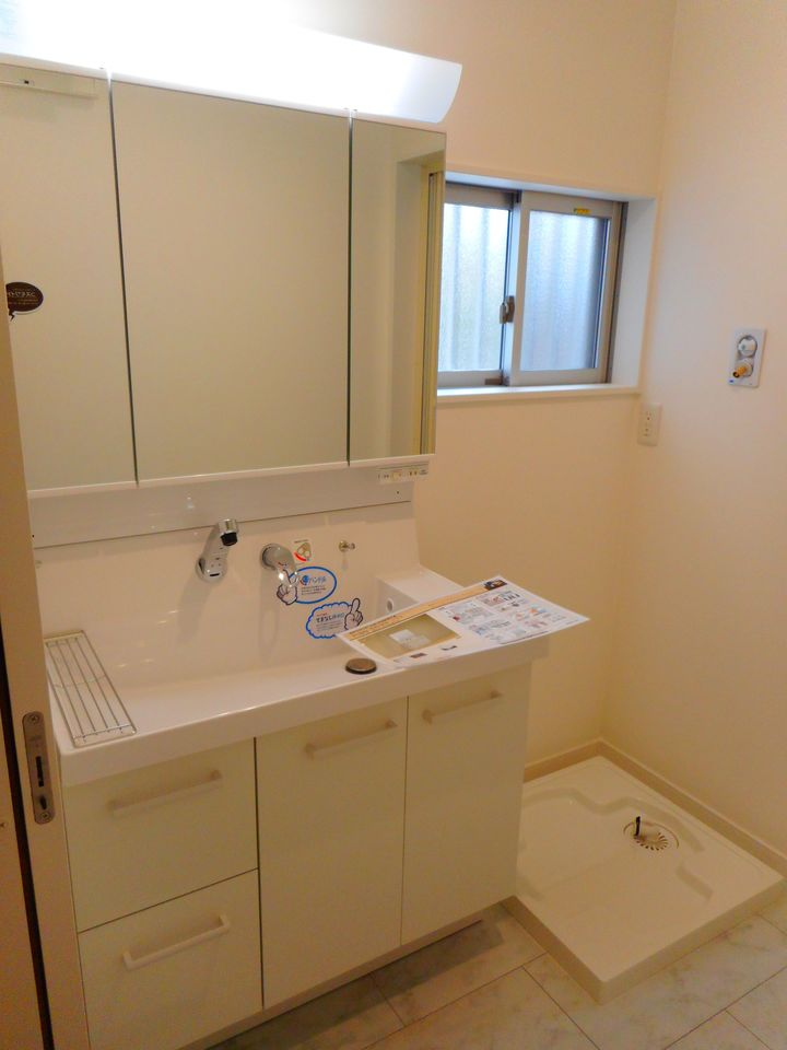 大型の洗濯機も無理なく設置できる広さ。 洗面台はシャワー付きです。