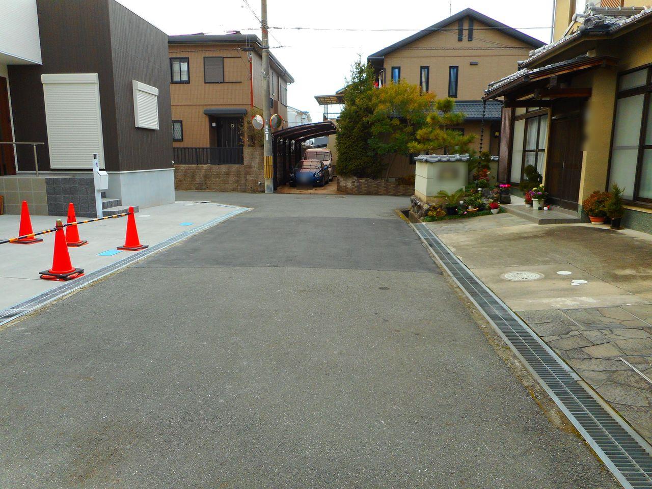 前面道路幅は約5.2mあり、大きなお車でも 出し入れ楽々♪ 車通りが少なく静かな環境です。