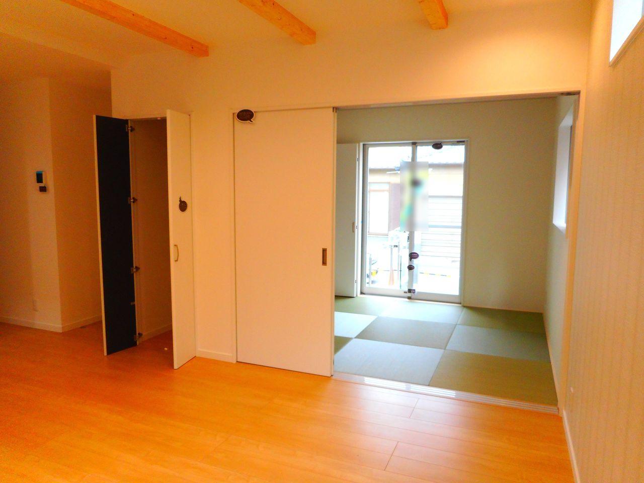 和室と合わせて21帖の大きな空間です。 お客様が大勢いらしても、ゆったりおくつろぎ頂けます。 収納スペースの中は稼働棚になっております。