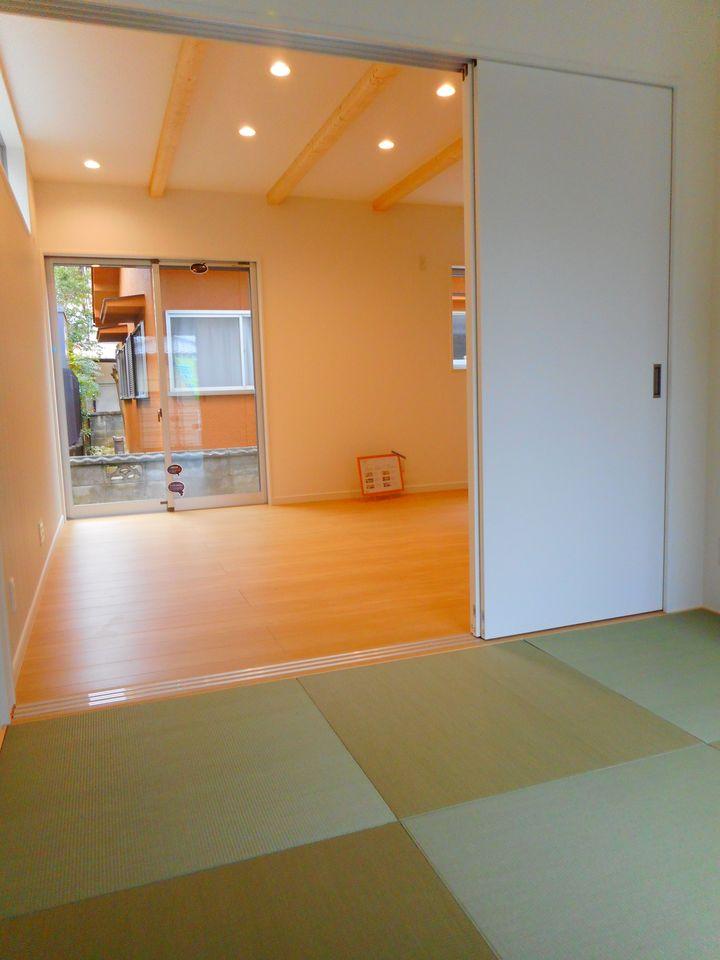 リビングに続く和室は大変開放的です。 2面採光で明るさも確保しております。 押入れ付きで寝室や客間にぴったり!