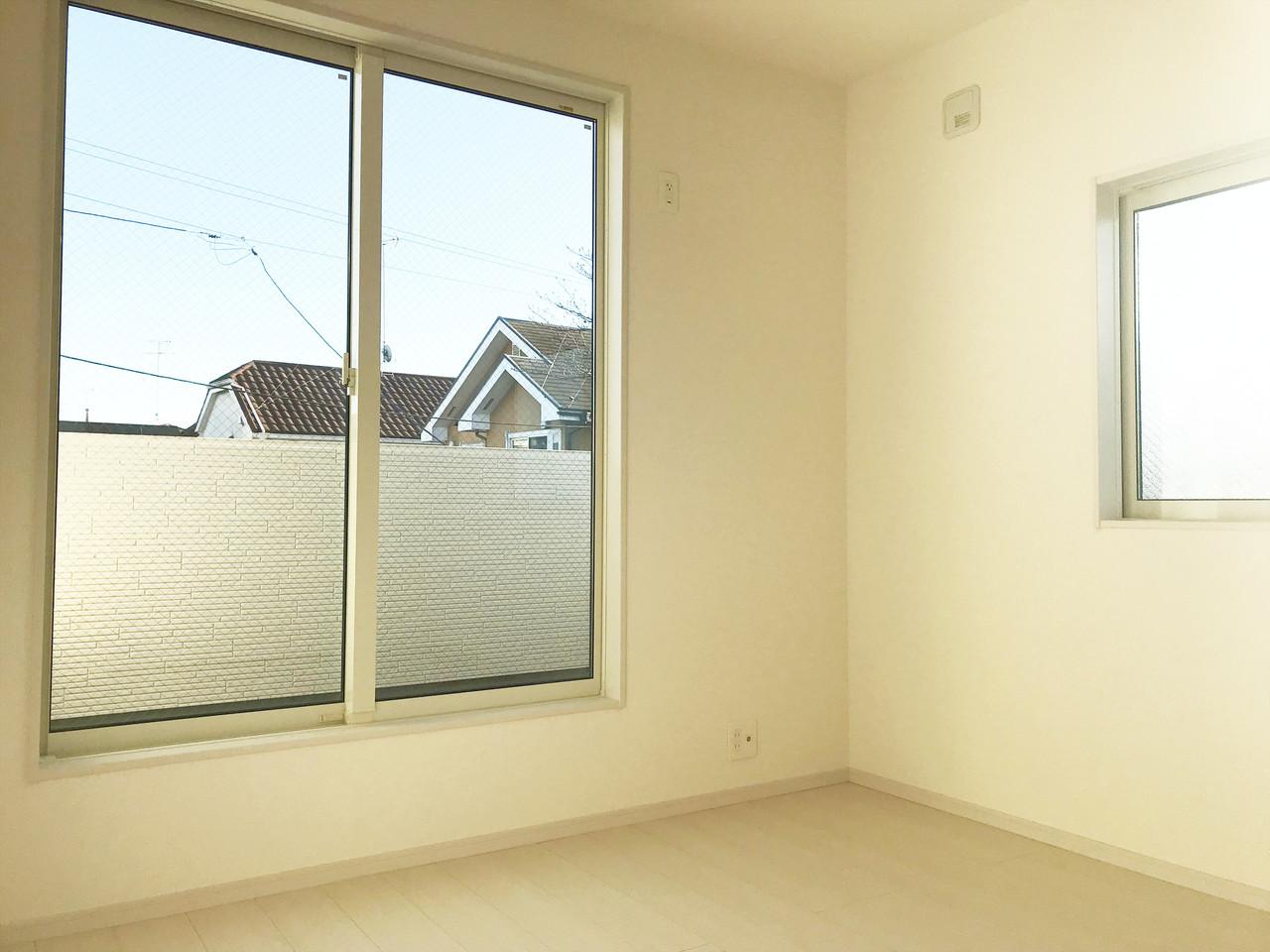 ☆洋室☆子供部屋にも、主寝室にも♪窓があるので開放的。空気の入れ替えもバッチリです♪朝はお日様をたっぷり浴びて元気よく一日をスタートさせたいですね!