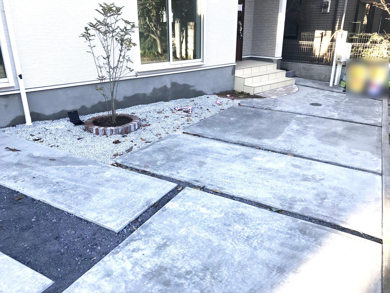 ☆広々とした駐車場☆運転に自信のない方も安心して駐車できそうです。  自慢のエクステリア、とても綺麗です。 植栽が良い味出してます!可愛がってあげてくださいね♪