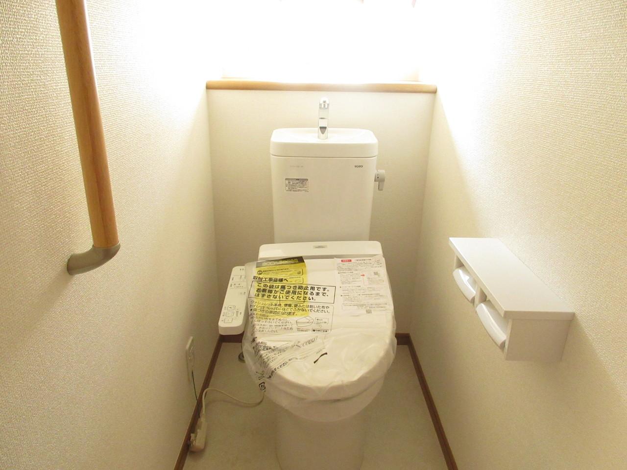 手すり付きでお子さまや年配の方にも優しいトイレです◎棚付きなのでお洒落にDIYしてみてはいかがでしょうか(^^)