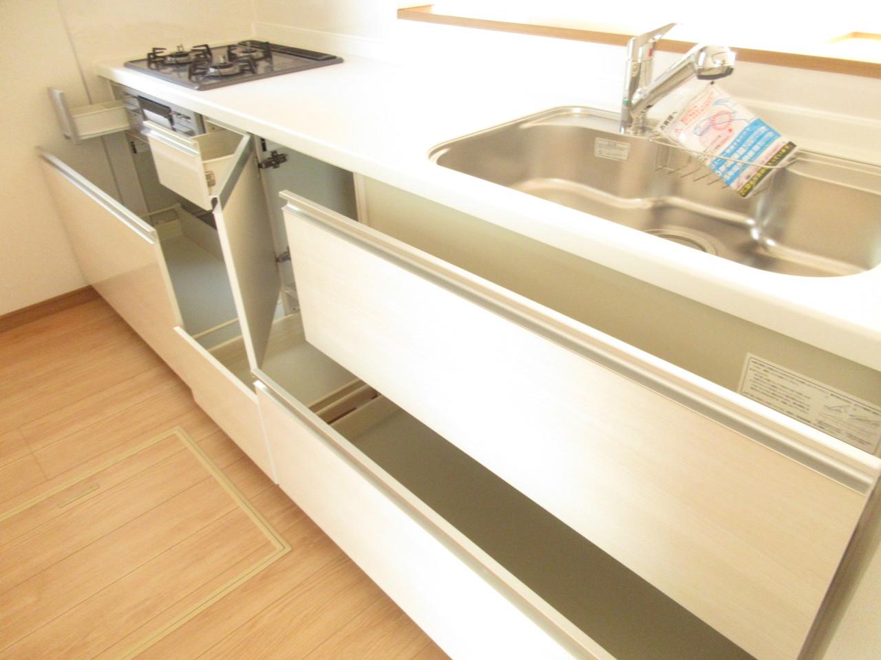 収納スペースが十分ございますので、お料理スペースも確保されます◎コンロも3口あり、とっても便利♪