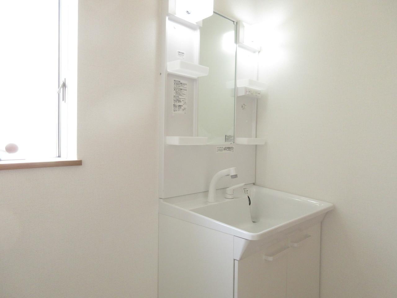 小窓付きで明るい光の差し込む洗面所です。換気もできるので、湿気がこもることもなし♪