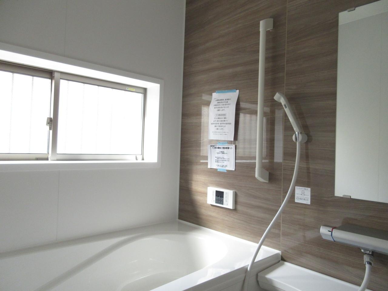 落ち着いた印象の浴室。木目の壁が癒されます♪毎日の疲れを癒してください(^^)