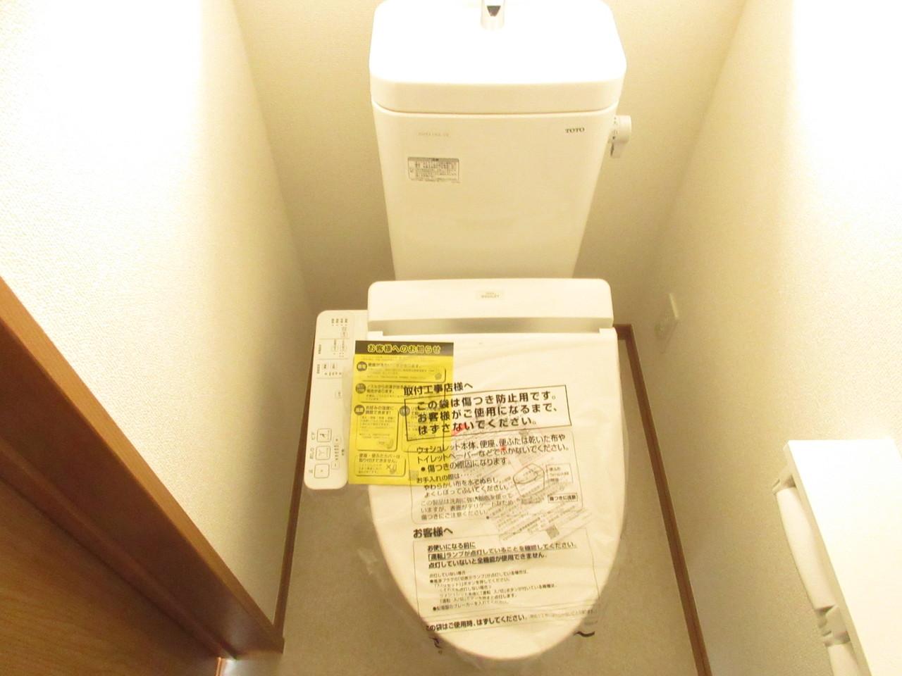 1階、2階どちらのトイレも小窓つきで明るく、換気もできます◎棚に小物を飾ると華やかになりそうです♪