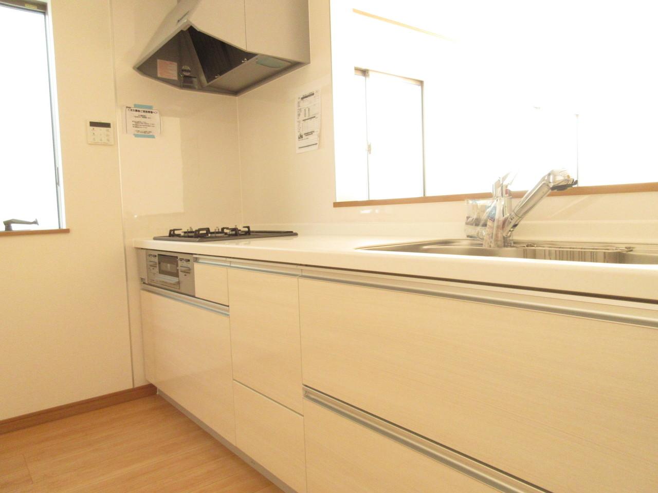 明るく清潔感のあるキッチン。コンロは3口ございますのでお料理の時短に繋がります◎