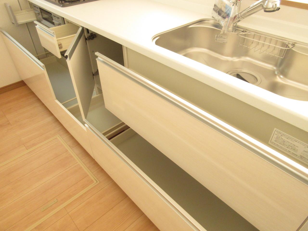 収納スペースが十分ございますのでお料理の作業スペースもしっかり確保!シンクも広く使いやすいです◎