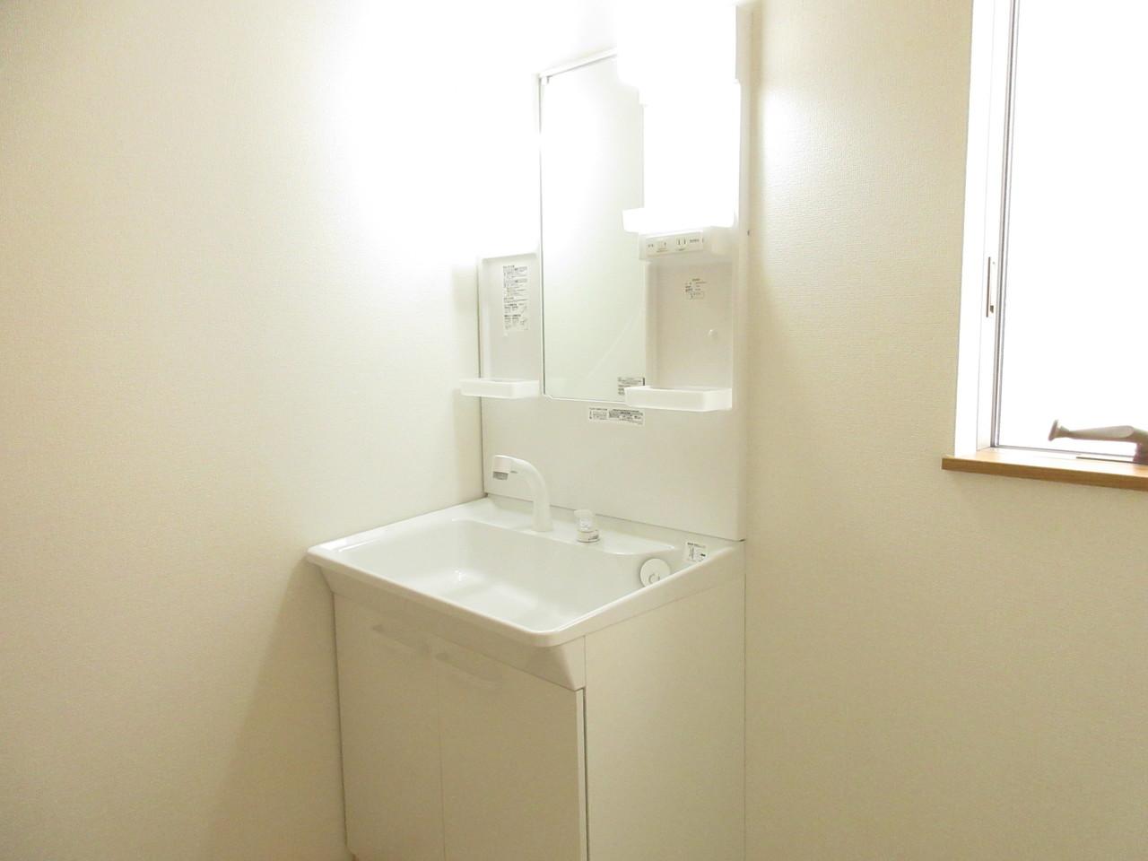 洗面所にも小窓がついており湿気がこもりません◎洗面台は明るく収納スペースも十分ございます!