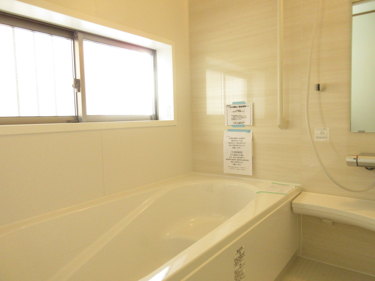 浴室は大きめの窓がついていますので換気もばっちり!日中ですと明るい光が差し込み、電気いらずです◎