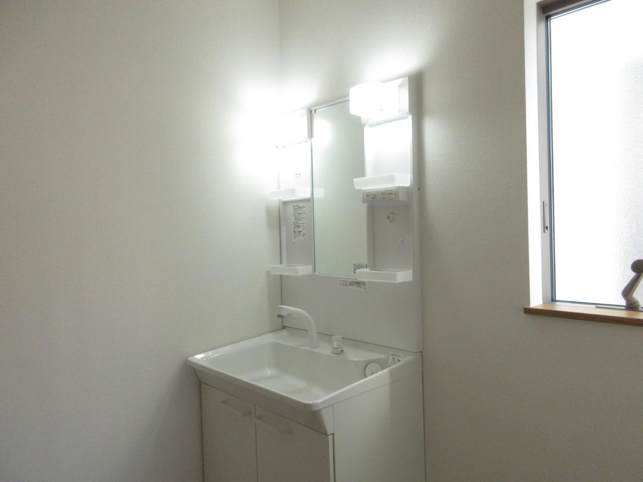 小窓付きの明るい洗面所。換気ができ、湿気がこもりません◎