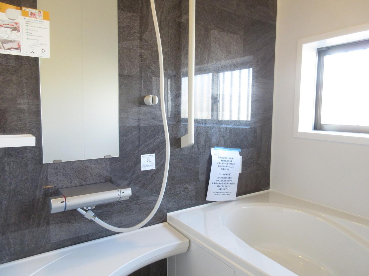 大人な落ち着いた雰囲気の浴室。ゆったりとバスタイムを楽しめます♪
