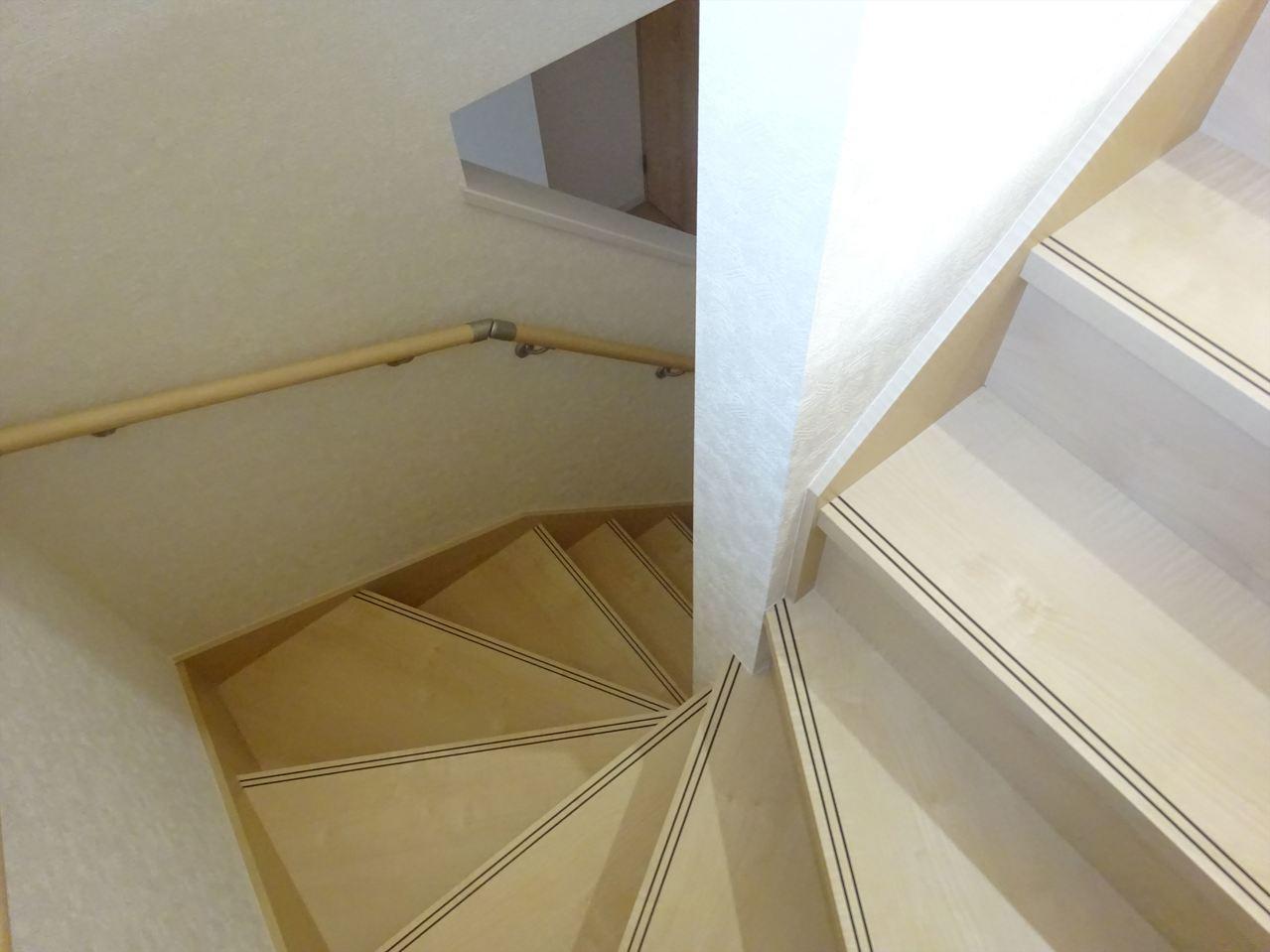 階段は手すりつきでお子様や年配の方でも安心!1階から食事を呼ぶ声が通りそうですね♪