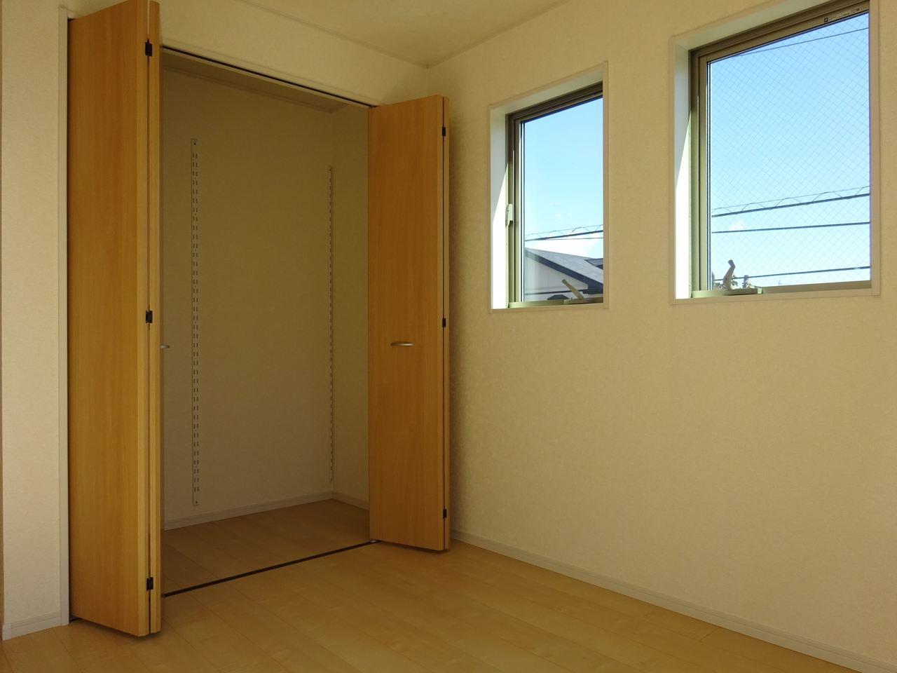 大きな窓と収納のある洋室