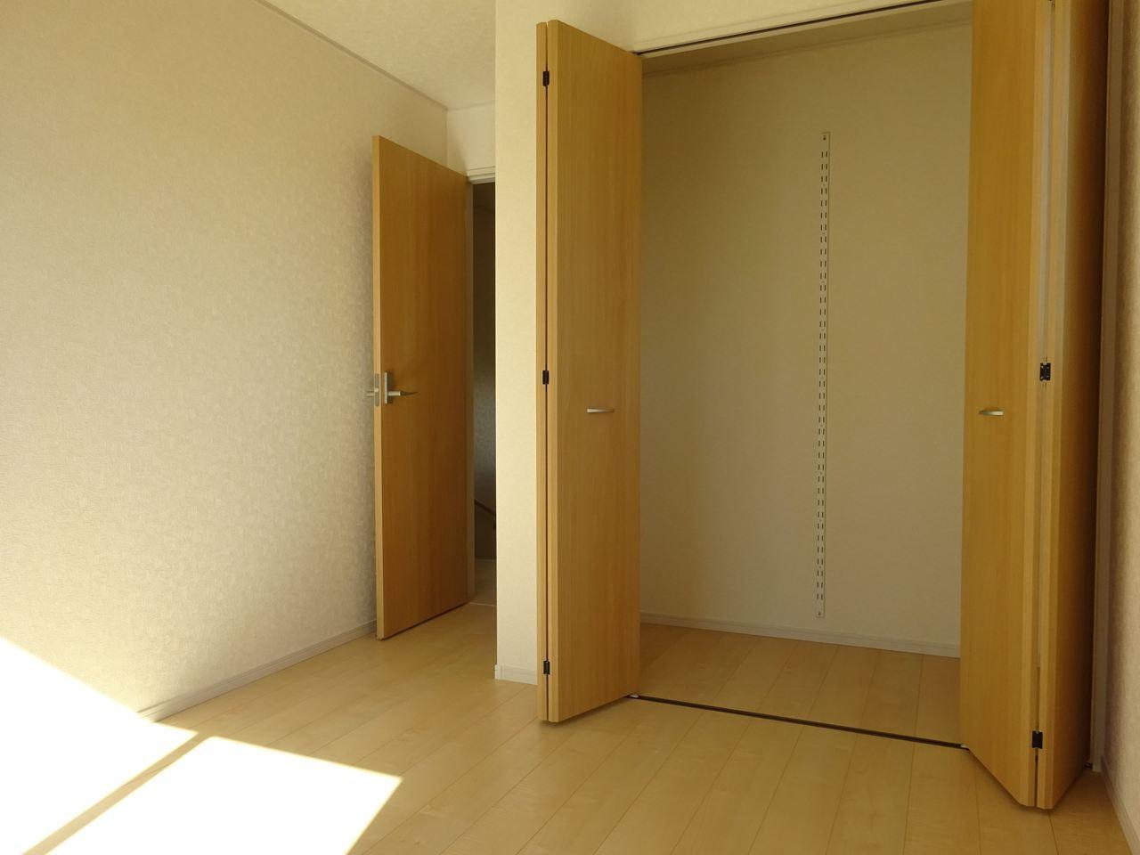 2階の洋室、収納力が自慢です。