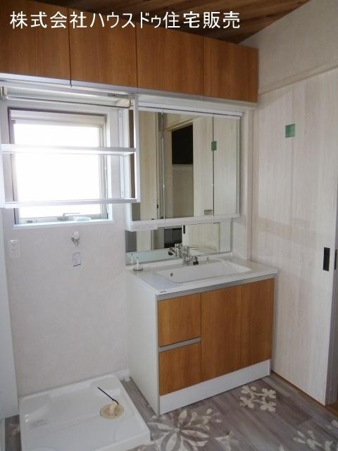 収納も備わった洗面所。こだわりの床でお気に入りの室内に。