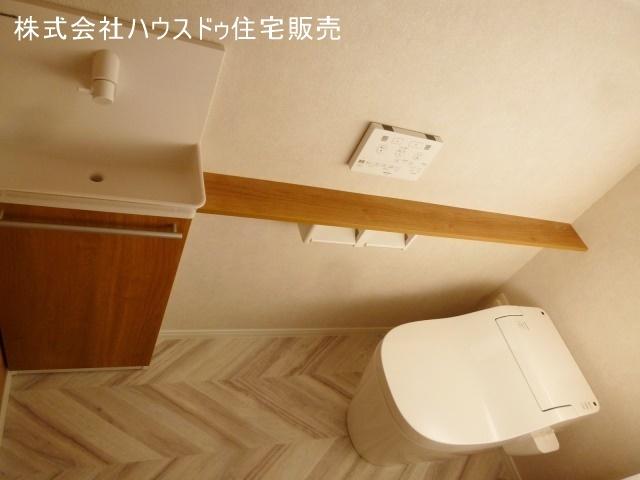 ヘリンボーンの床材で個性的な空間に。手洗い器も付いて便利です。