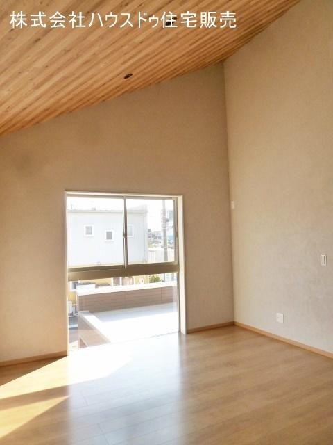 明るい室内。床と天井に木材を使用し木の温もりを感じる室内です。