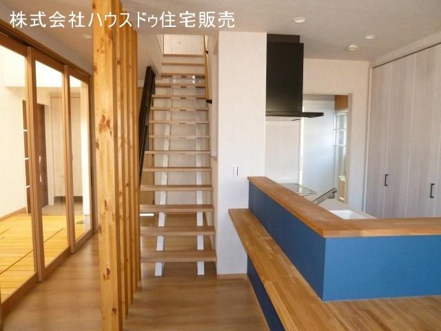 キッチン横のリビングイン階段。家族のコミュニケーションも育めますね。