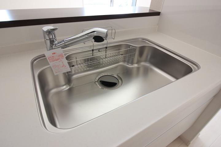 大きなお鍋やお皿も洗いやすい大型シンク
