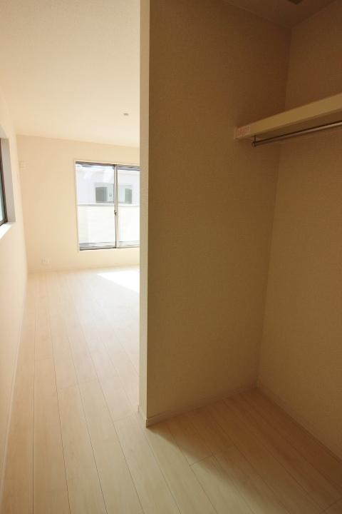 2階7.25帖の洋室 セミオープンのウォークインクローゼットは棚付きで大容量♪
