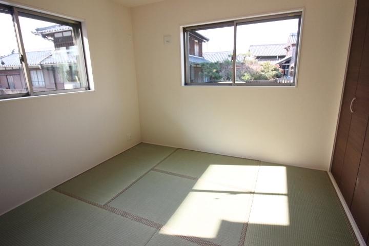 1階リビングに面した和室は5.25帖 クローゼット付きです。