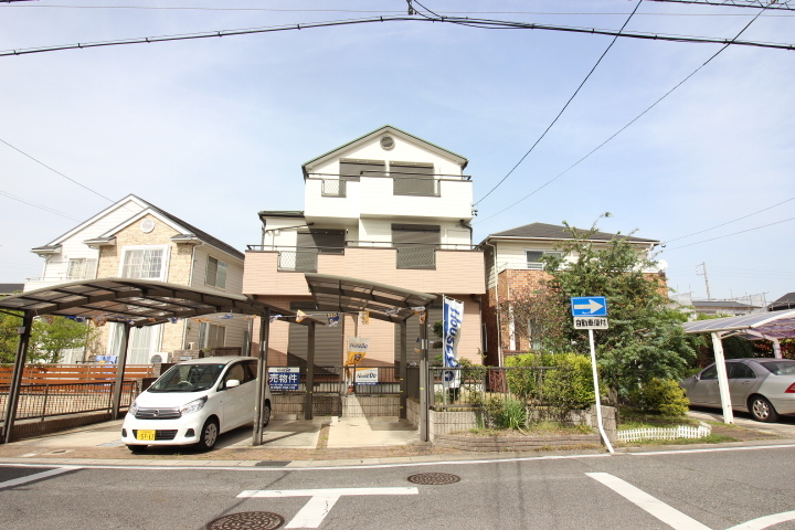 【外観写真】 知多市新知東町1丁目 6LDK。 駐車スペース2台分。 2世帯住宅向けの中古戸建です。