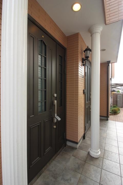 玄関 玄関は2ヶ所。 プライバシーを守れます。二世帯住宅ならでは。