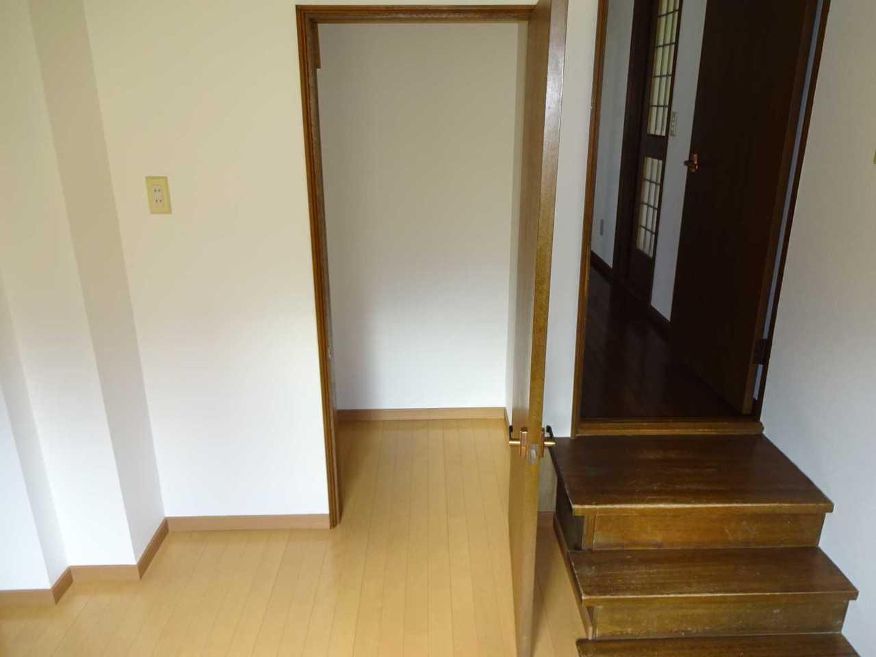 千歳市長都駅前の中古リフォーム住宅です。1階の洋室へと向かうまでの間にあるフリールームです。スタディルーム・物干しスペースとしてご利用いただけます。階段下収納もあります。