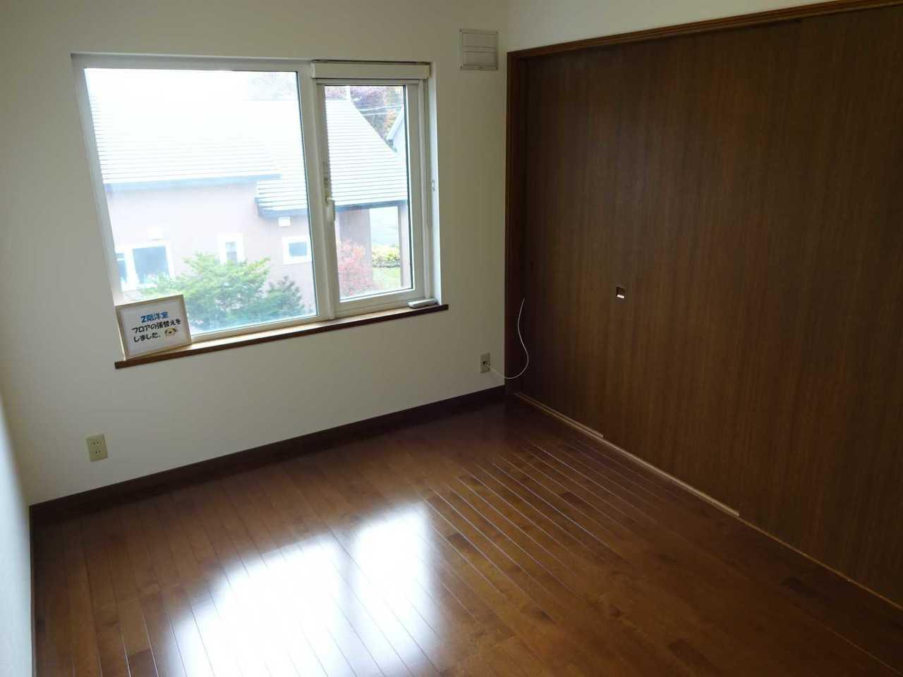 千歳市長都駅前の中古リフォーム住宅です。2階洋室8帖のお部屋、平成29年10月フロア貼替しました。