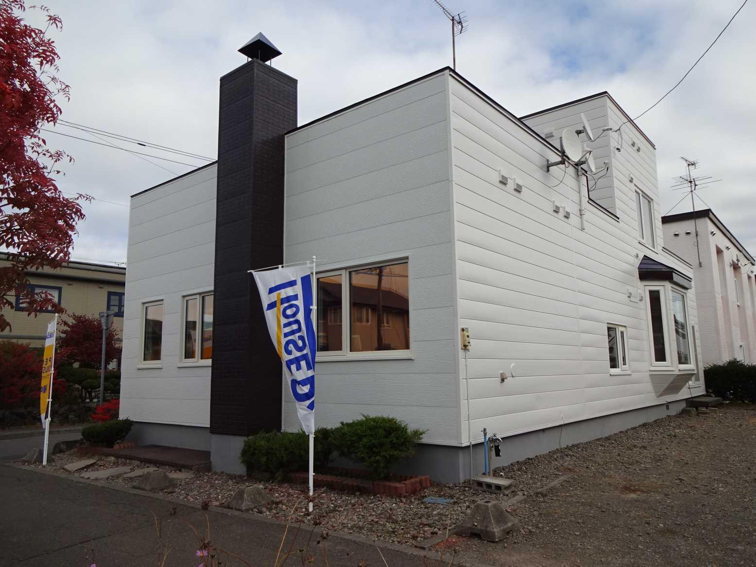 【外観写真】 千歳市長都駅前の中古リフォーム住宅です。平成29年10月、屋根・外壁塗装、角地立地の物件です。