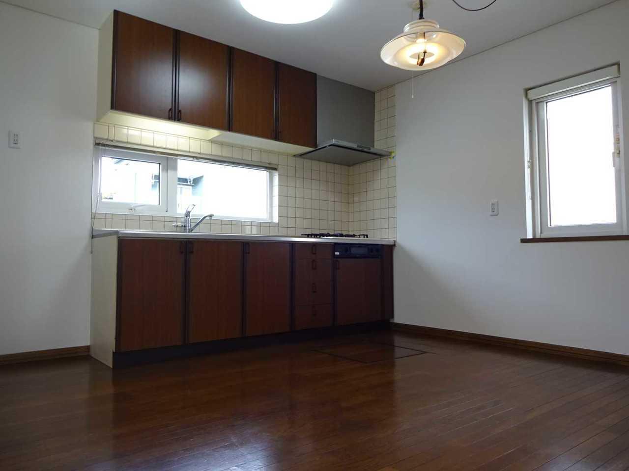 千歳市長都駅前の中古リフォーム住宅です。キッチン8帖、正面・側面に窓があります。