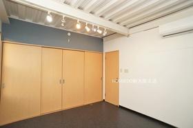 収納スペースもたっぷりありますよ♪ 間接照明でスタジオ感のあるお部屋です♪