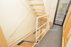 このお家の階段もオシャレですよ♪  地域密着型不動産  淀川区に強い『ハウスドゥ!新大阪北店』におまかせ下さい! お客様にお会いできること、スタッフ一同、心よりお待ちしております