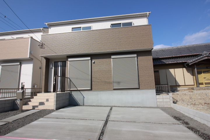【外観写真】 原松町 全3区画 1号棟 完成しました。 駐車スペース2台分 全棟南向きです♪