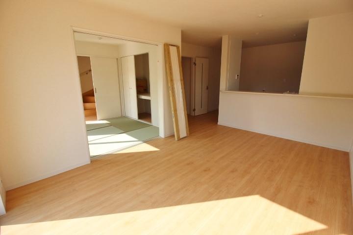 リビングと和室を一体的に利用できるので 開放的な空間が生まれます。