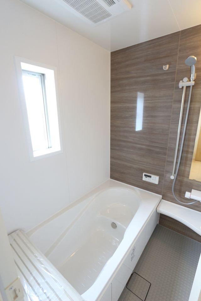 1坪サイズのゆったりした浴室で足を伸ばしておくつろぎ下さい♪ 浴室乾燥機付きで雨の日のお洗濯も安心です。 キッチンから、お湯はりや追い焚きの操作ができる 便利なオートバスです。