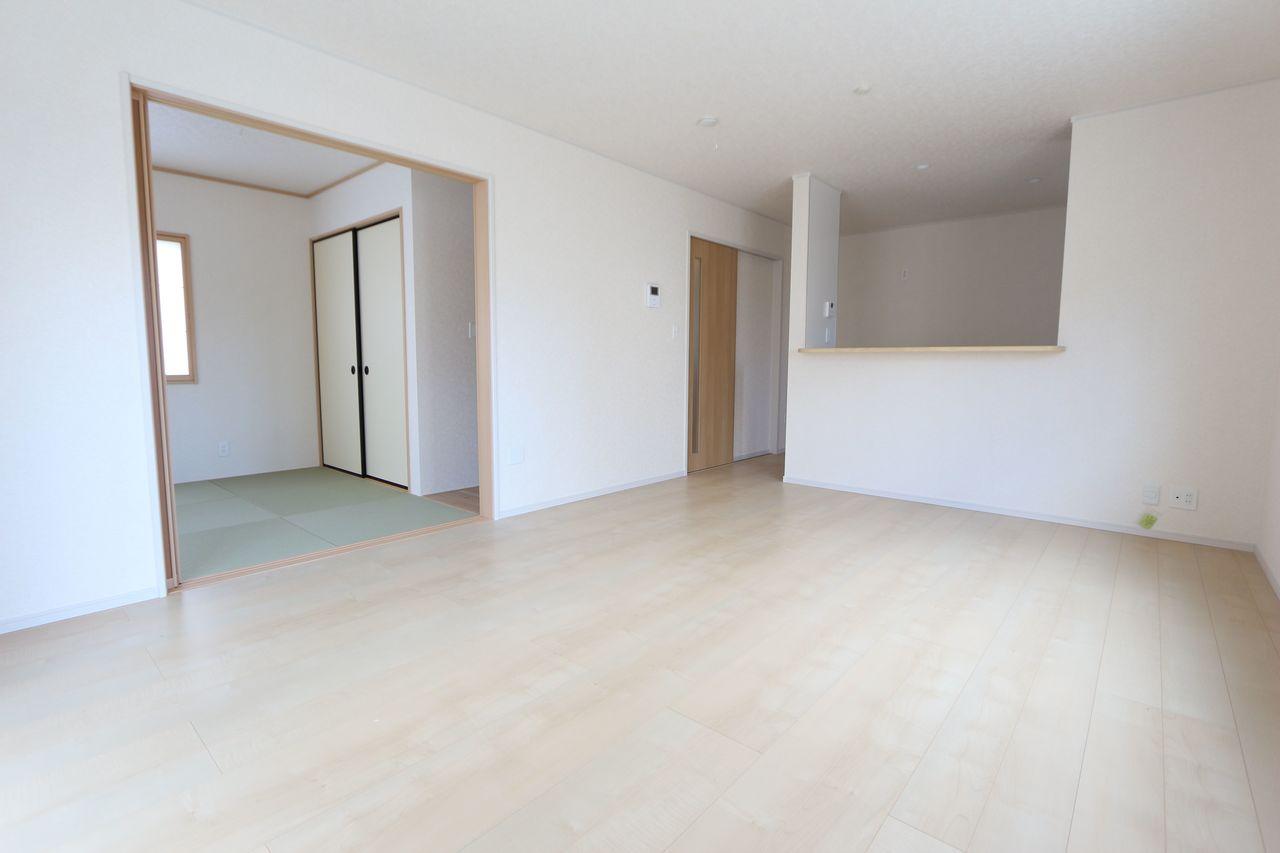 16帖のLDKはご家族の会話がはずむ カウンターキッチンを採用。 和室を合わせると22.5帖の大きなお部屋です。