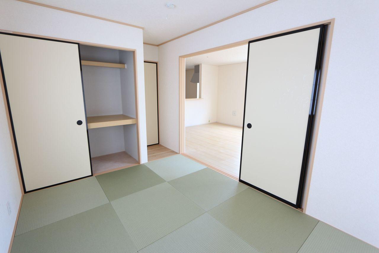 リビングに続く和室は大変開放的です。 2面採光で明るさも確保しております。 合わせて22.5帖の大きなお部屋です。