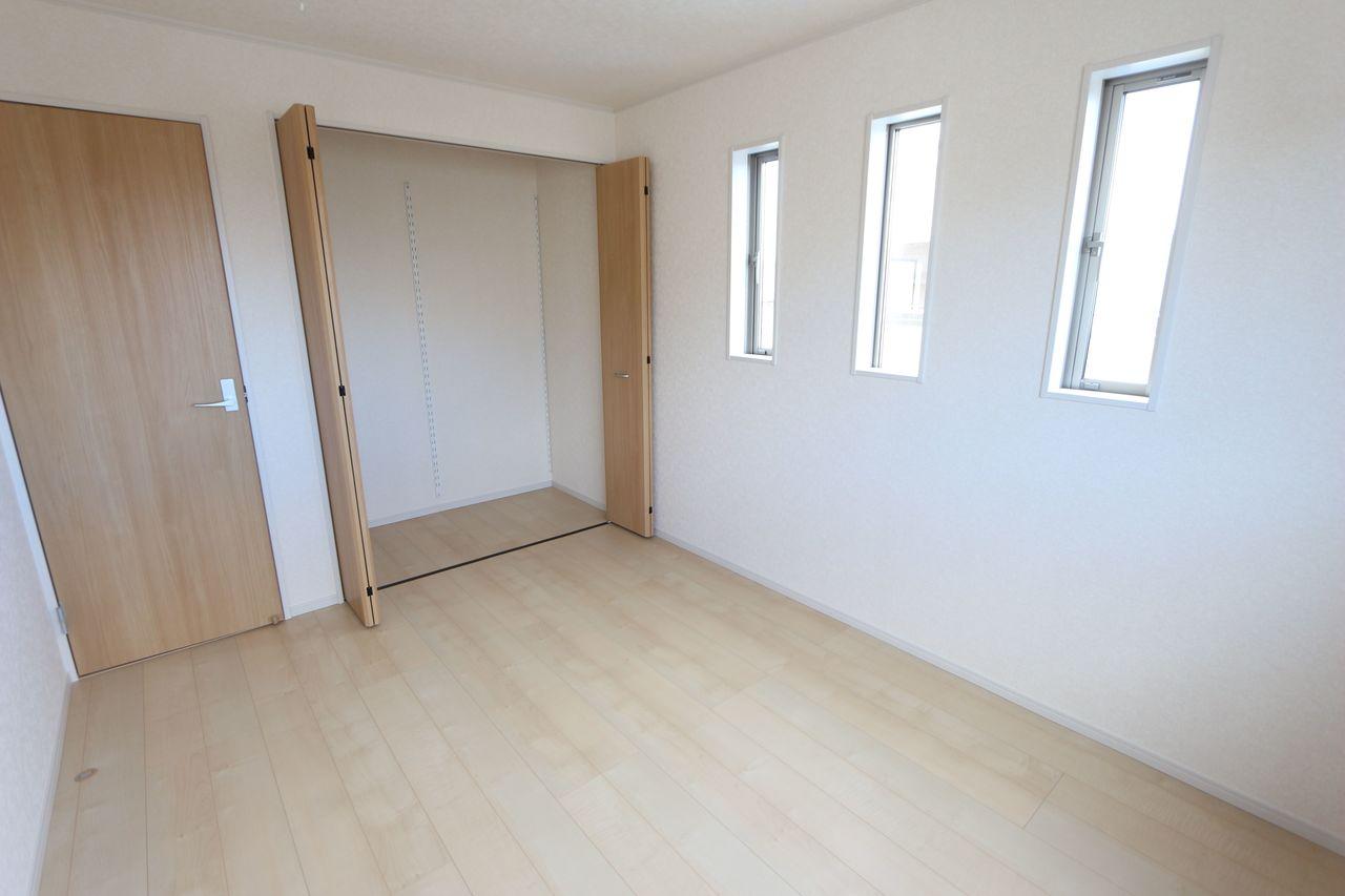 2階洋室には全てクローゼットを設置しております。 沢山の衣類や小物もすっきり収納できます。