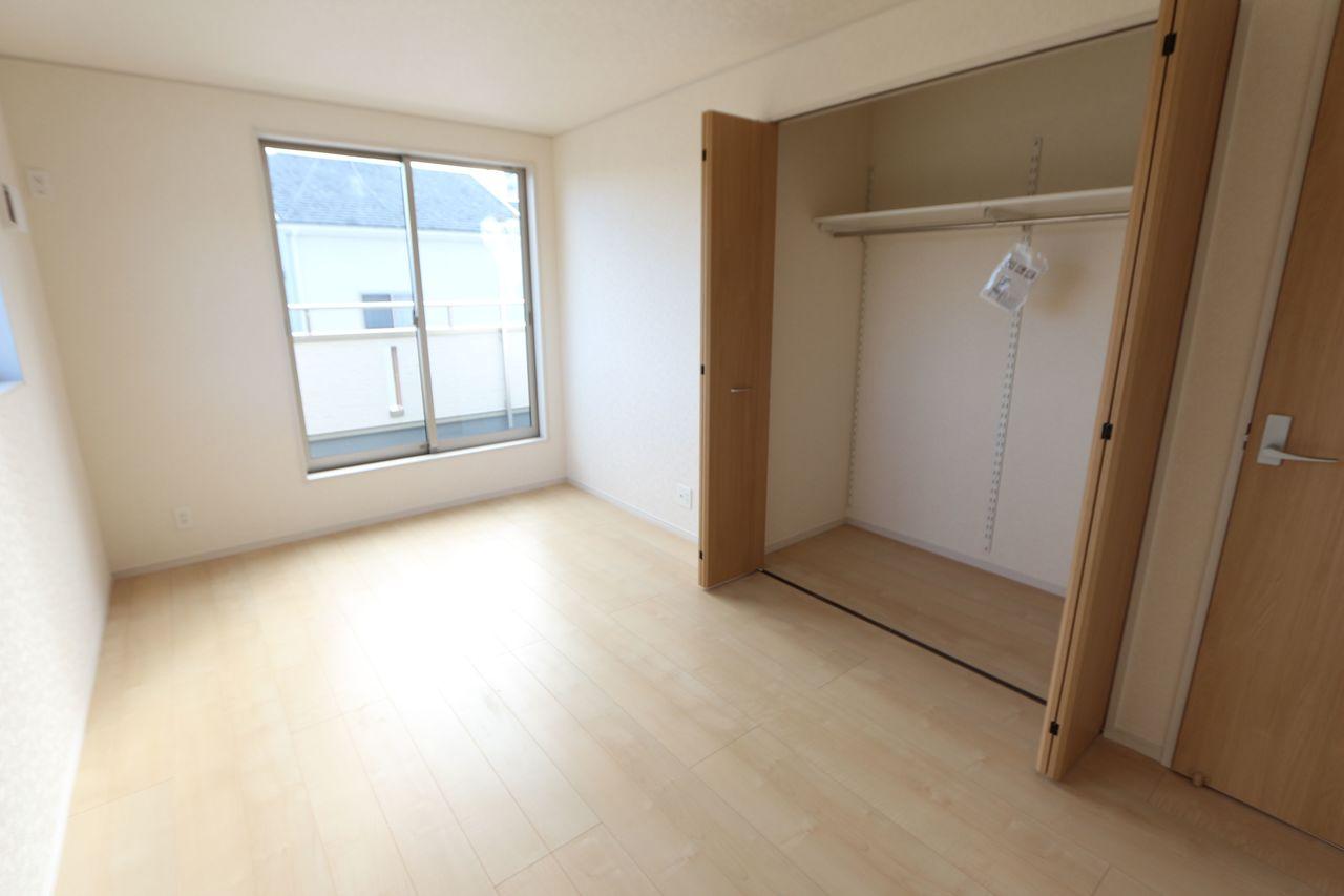 リビングに続く和室は大変開放的です。 2面採光で明るさも確保しております。 合わせて22.5帖の大きなお部屋です。 (同社施工例)