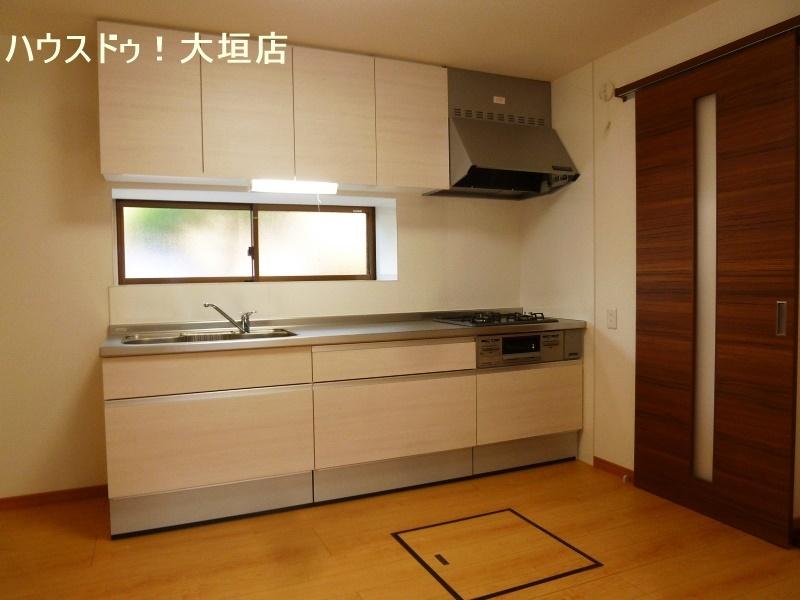 収納が備わったシステムキッチンで大きな物から小さな物まで隠して収納。