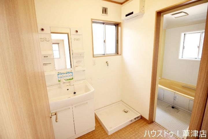 小物が多い洗面所にも備え付けの収納棚、いつでもスッキリ見せることができますね♪