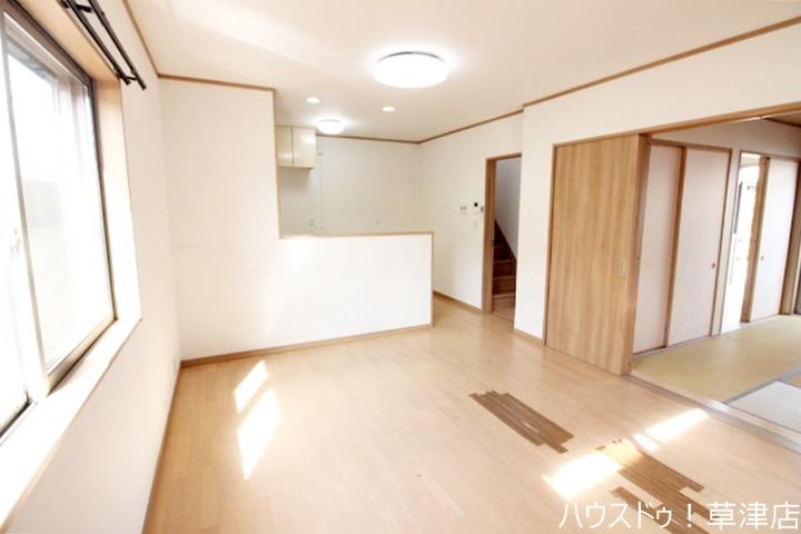 リビング横に和室があり、スペースを広く使えるので子育て中のお母さんに人気があります(^^♪