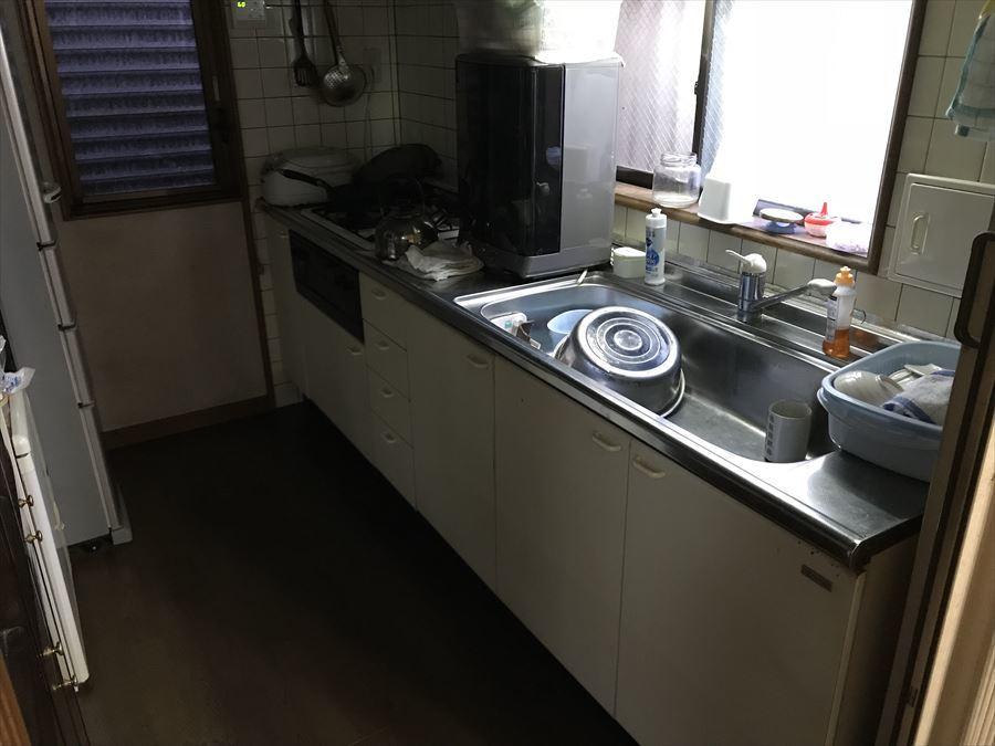 ゆったりとしたシンクのシステムキッチンは収納も豊富で、作業スペースをスッキリ広く使えます。窓もあり、明るさや風が取り込めるのはもちろん、ちょっとした物を置けるようになっています!