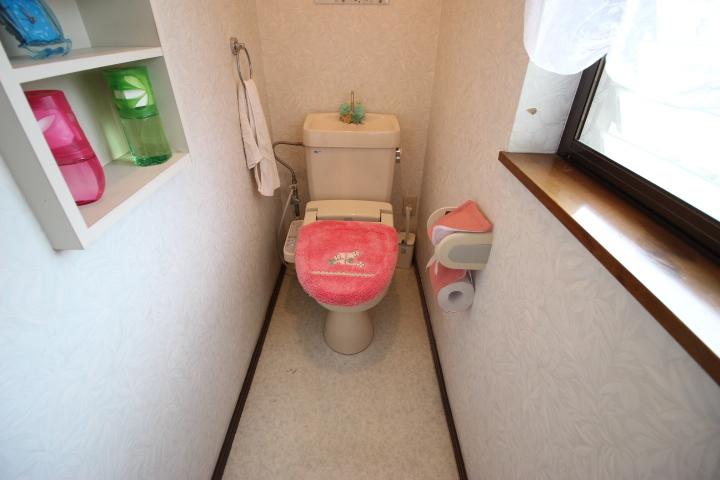 2F  使い勝手が良い棚がついたトイレです